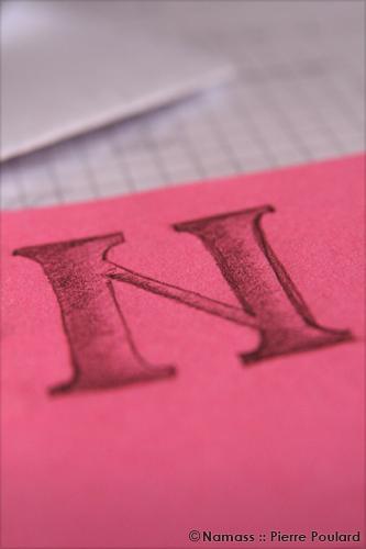 Dessin au crayon à papier d'un N