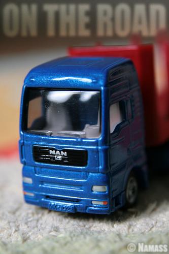 Jouet d'enfant, un petit camion en gros plan.
