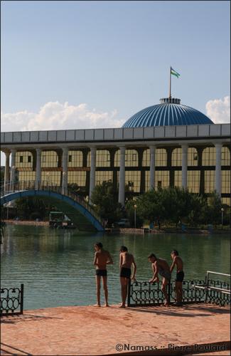 Enfants se baigant derrière le parlement ouzbek