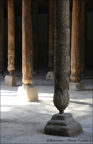 Colonnes de bois de la mosquée Juma à Khiva